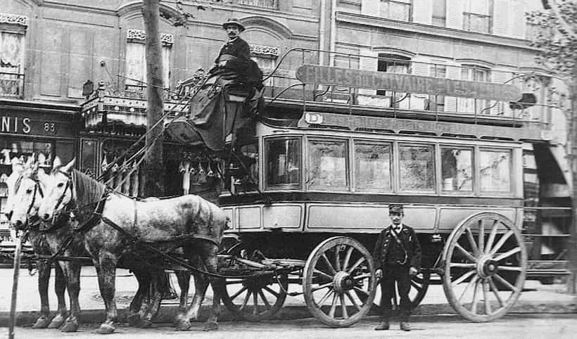 A black and white photo from 1890 of a horse drawn carriage in Paris