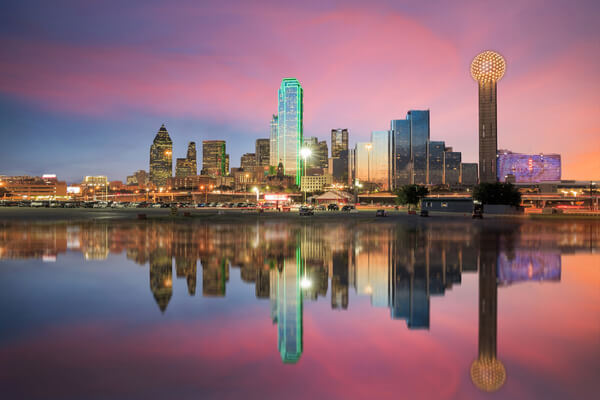 the dallas skyline at dusk, with pink clouds in the sky