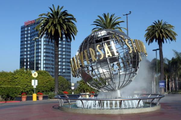 The globe statue and fountain at the entrance of Universal Studios Hollywood